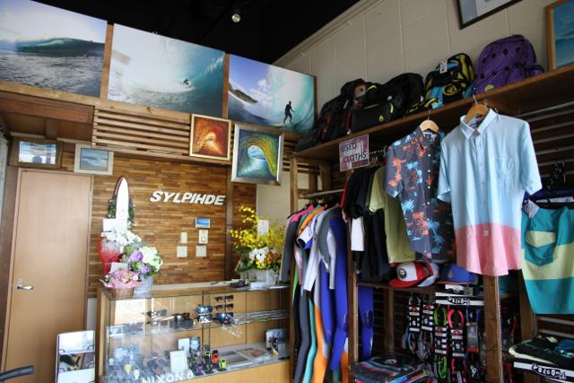 店内は、脇田氏の数々の素晴らしいウォーターショットが飾られている。もちろん、ウェットはDOVE。