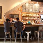 ダウンタウンで今一番イケてるカフェ&バー「マニフェスト」昼は心地よいカフェ。夜は大勢が集まるイベント場所に。